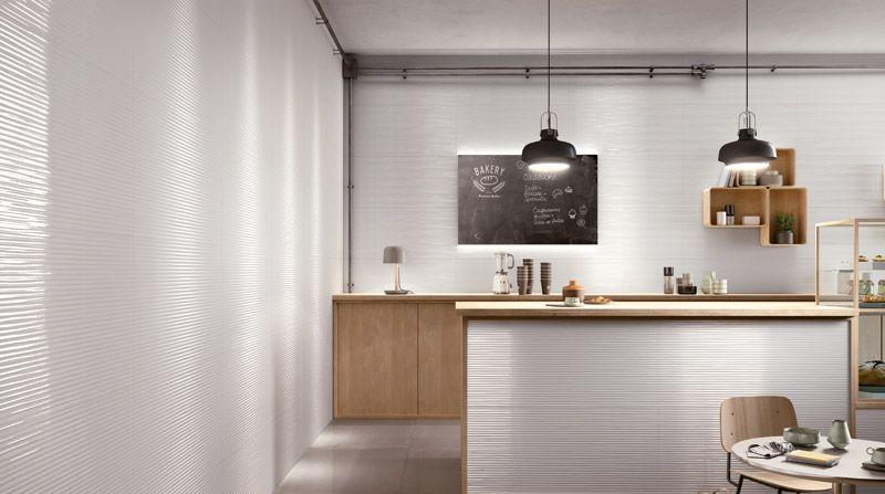 Helle Küche mit weißen Keramikwandfliesen