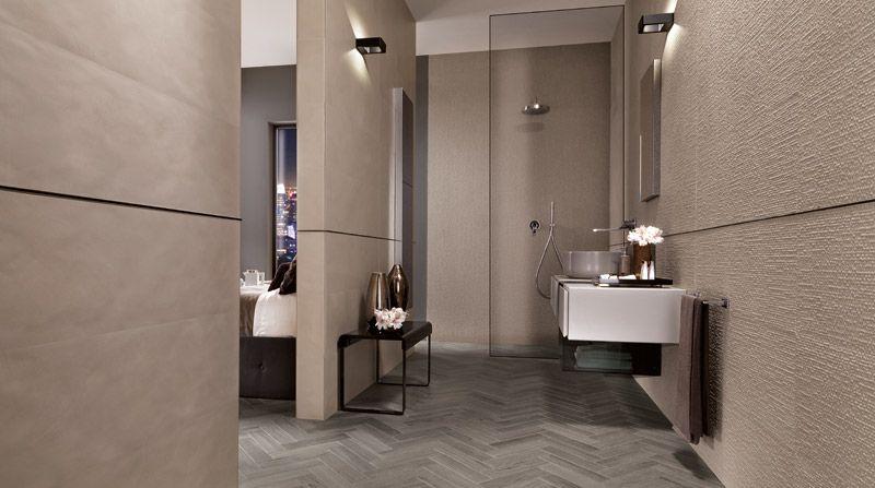 Modernes Badezimmer mit cremefarbenen Fliesen